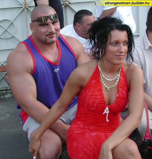 Ervin sa devojkom Marijom koja ga svuda prati