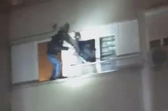 Policija upala kroz prozor stana i uhapsila grupu koja se bavi podvođenjem devojaka