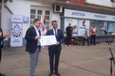 branko ruzic predaje cek od 22.000 evra goranu miljkovicu