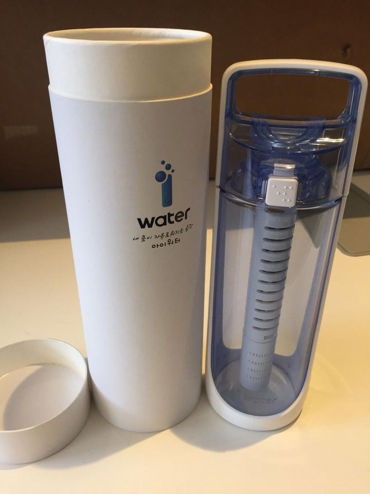 Jest też futurystyczna butelka i-water z Korei, która w USA zadebiutuje wiosną tego roku.