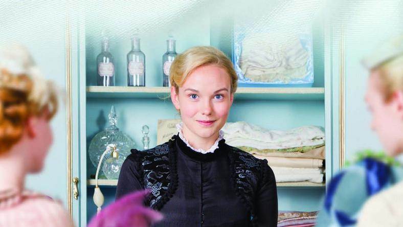 """""""Wszystko dla pań"""" to serialowa adaptacja powieści Émila Zoli, tyle że akcja została z Paryża przeniesiona do północnej Anglii"""