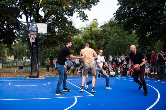 Teren je otvoren prvim basketom koji su igrali Kešelj, Savanović, Rakočević i Obradović