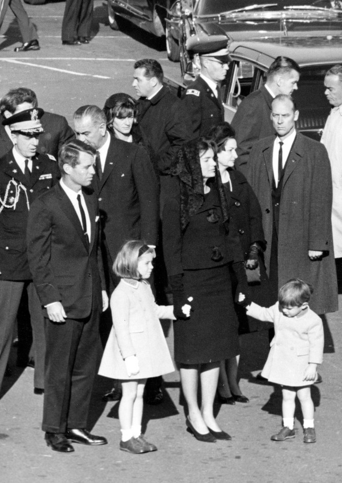 Sa decom na Džonovoj sahrani 1963.  u Vašingtonu
