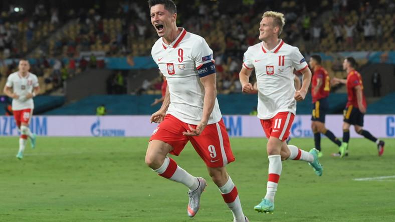 Robert Lewandowski celebrujący strzeloną bramkę w meczu Polski z Hiszpanią