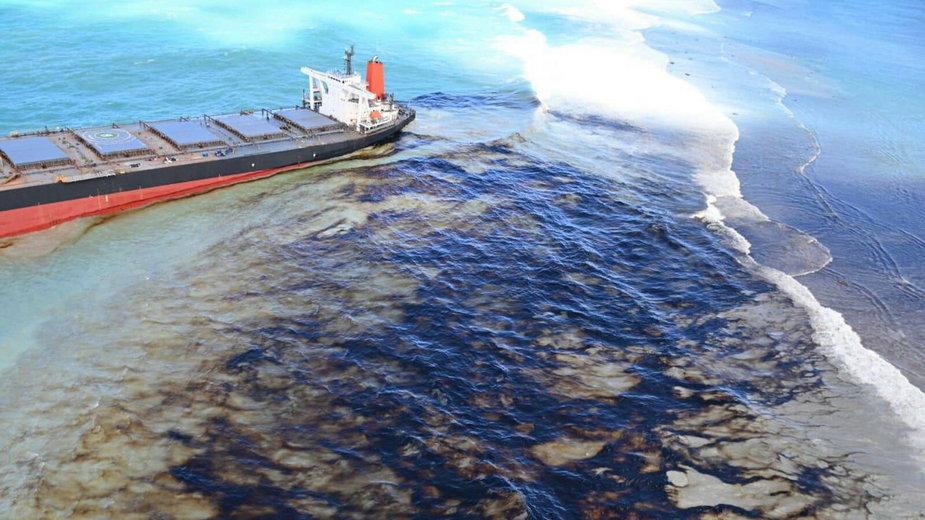 Widok z góry na wyciekającą ze statku ropę