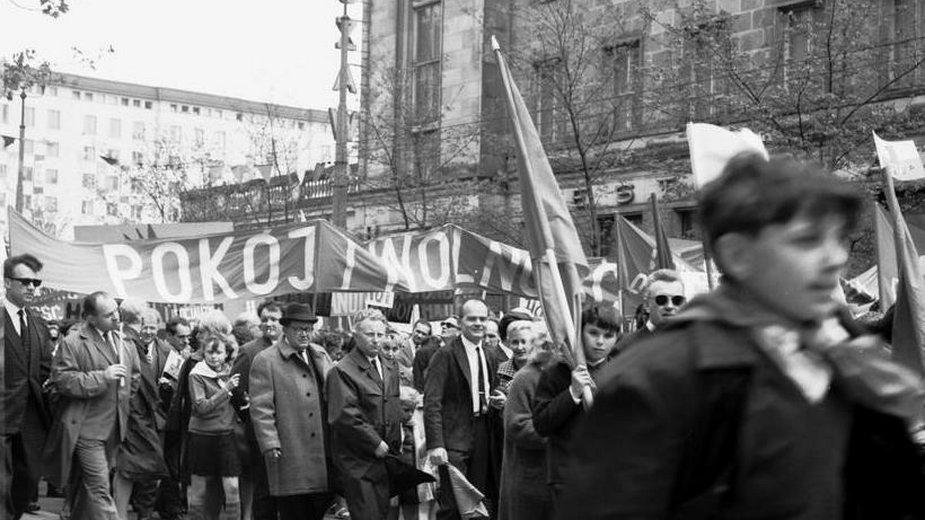 """Pochód pierwszomajowy na ulicy Świętokrzyskiej w Warszawie, hasło """"Pokój i wolność"""""""