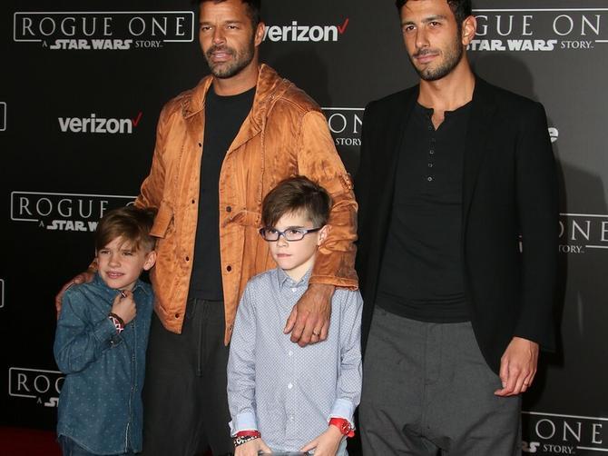 Njegova najlepša fotografija: Poznati pevač sa verenikom i sinovima na crvenom tepihu!