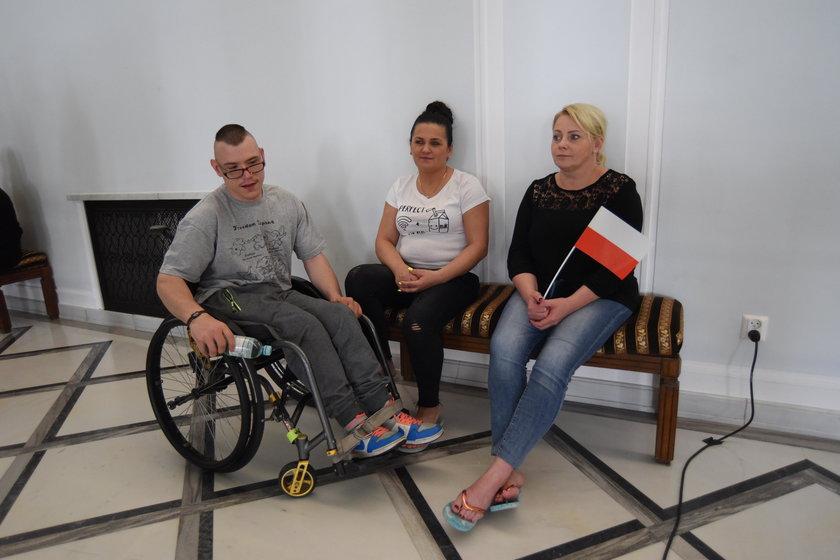 Rodzice i opiekunowie niepełnosprawnych wciąż protestują