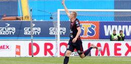 Adam Buksa strzela gola za golem. Kibice Pogoni Szczecin szaleją na jego punkcie