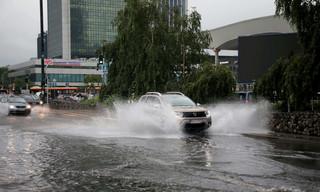 Warszawski ratusz: Sytuacja po przejściu gwałtownej ulewy stabilizuje się