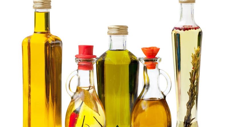Warto wiedzieć, że tłuszcze nasycone są najbardziej stabilne i odporne na wysokie temperatury gotowania. Oleje wielonienasycone zazwyczaj szybko jełczeją, więc najlepiej spożywać je na surowo i przechowywać w lodówce. Jednonienasycone oleje, uważane za najzdrowsze dla serca, tj. oliwa z oliwek, są bardziej stabilne niż oleje wielonienasycone