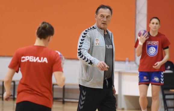Selektor Ljubomir Obradović na treningu naših rukometašica pred šampionat Evrope