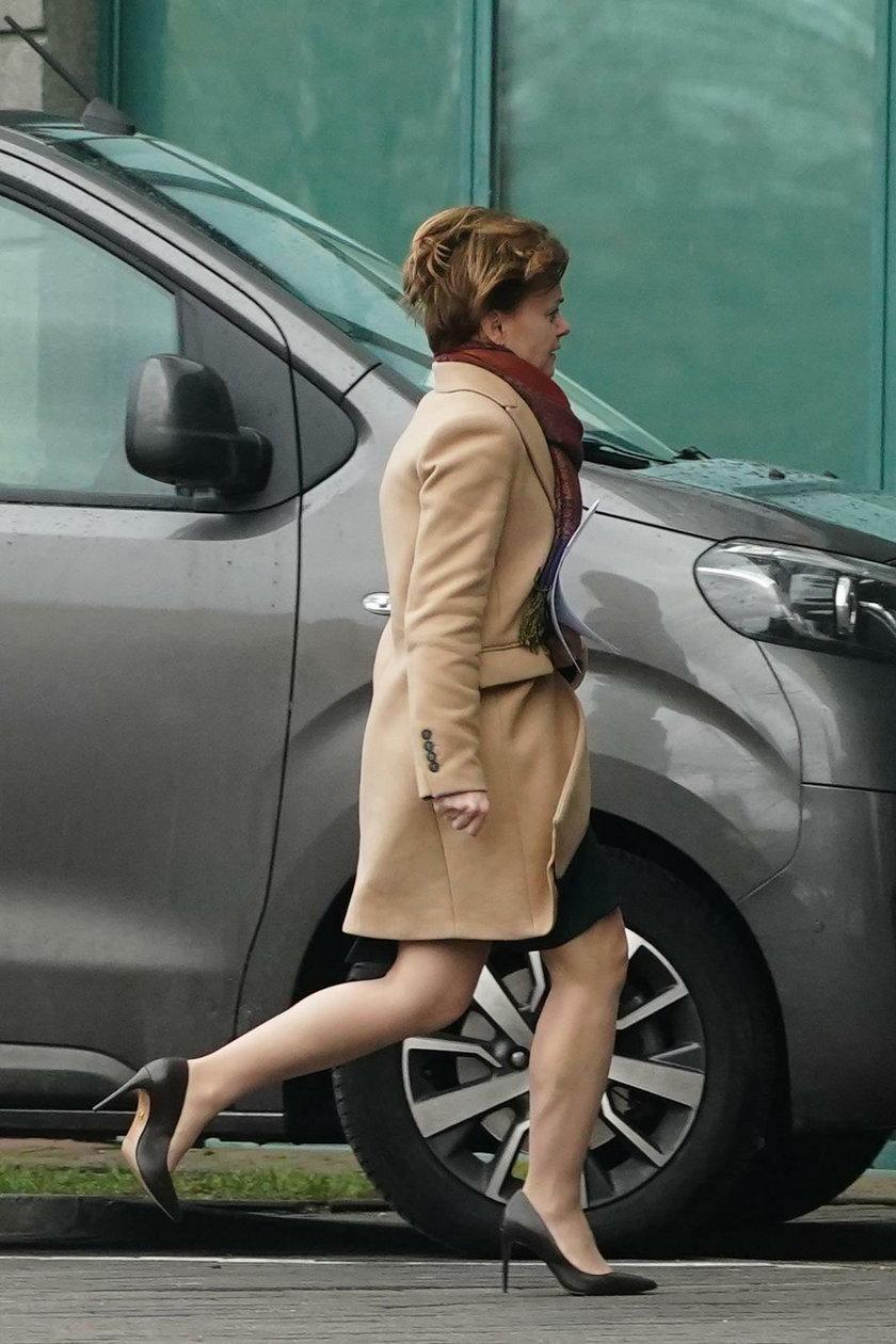 Minister Emilewicz biegnie w szpilkach