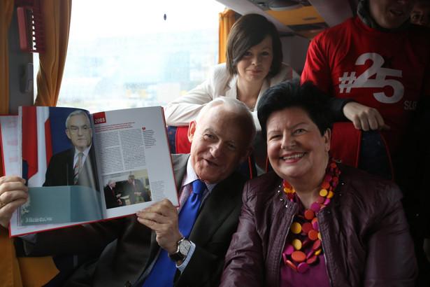 Leszek Miller i Joanna Senyszyn w czerwonym autobusie. Fot. PAP/Leszek Szymański