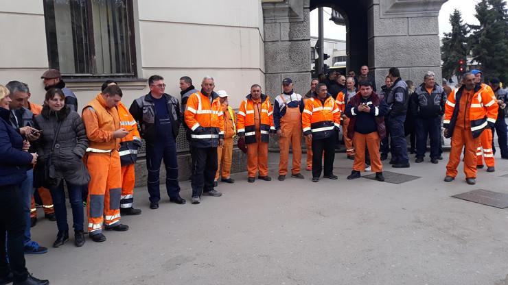 NIS01 Radnici  JKP iz Aleksinca u uniformama dosli da brane direktora foto Branko Janackovic