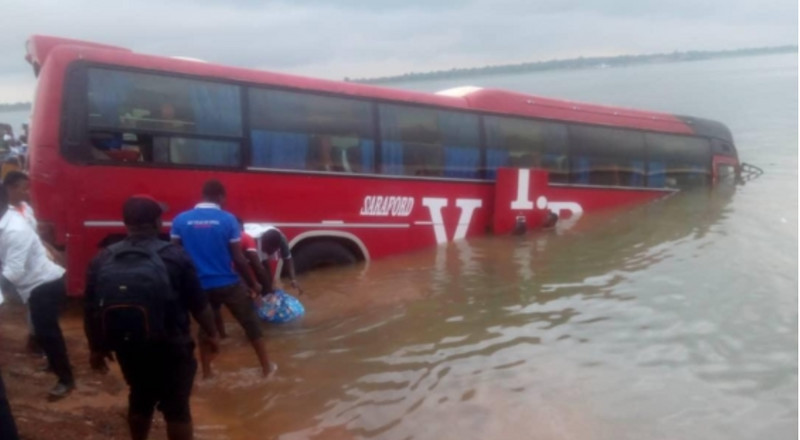 Bus falls into River Oti in failed attempt to get onto pontoon