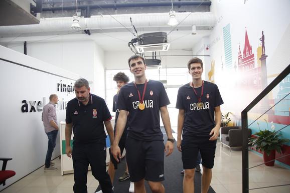 Zlatni juniori sa selektorm Aleksandrom Bućanom ulaze u redakciju