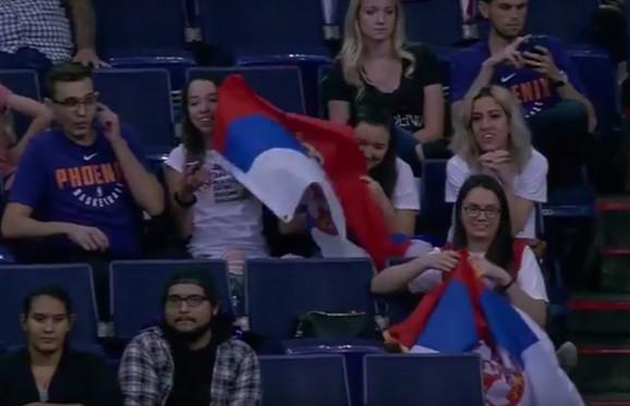 Navijači sa srpskim zastavama na meču Feniks - Sakramento
