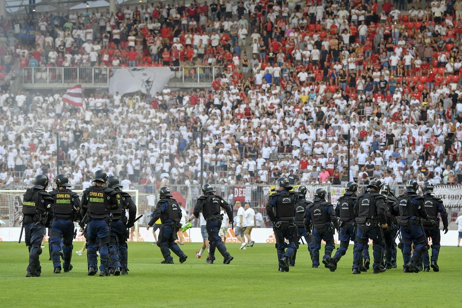 Balhé a Debrecen meccsén a kiesés után / Fotó: MTI: Czeglédi Zsolt