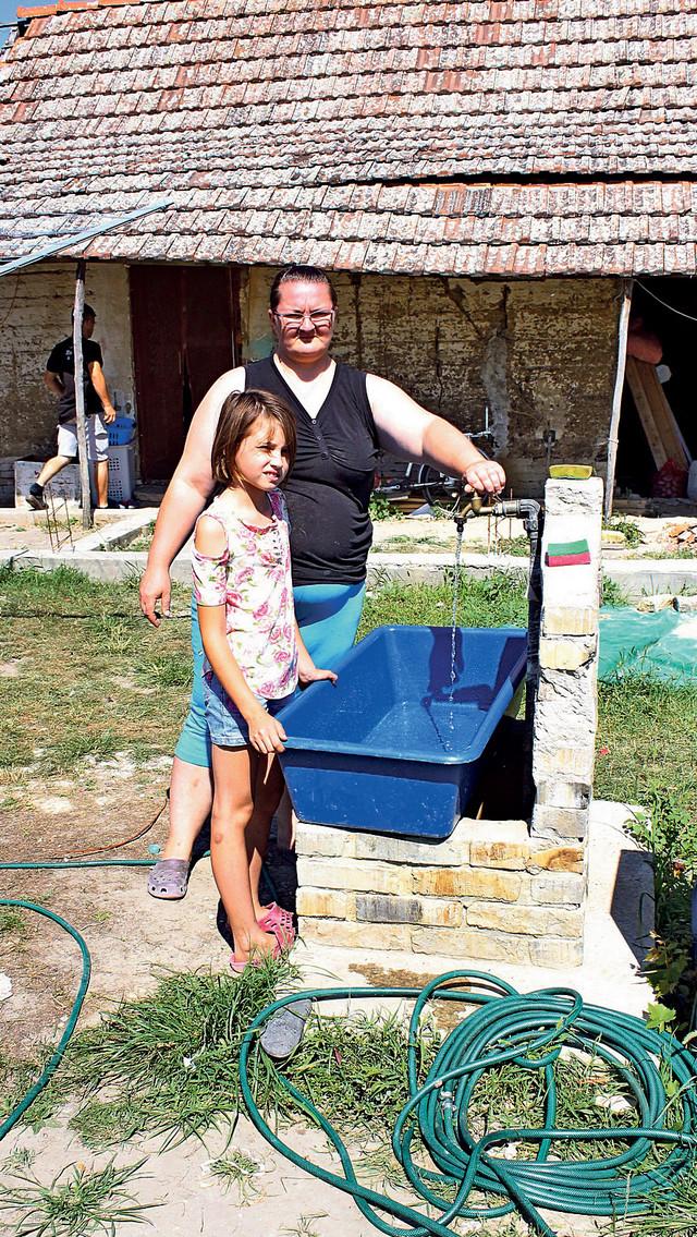 Nataša (10) bi volela da ima i kupatilo jer se kupa u koritu vodom sa česme iz dvorišta gde je i poljski toalet