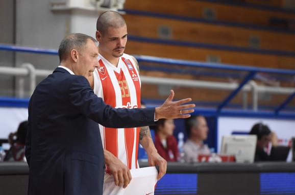 Zvezdin trener Milan Tomić i centar crveno-belih Maik Cirbes