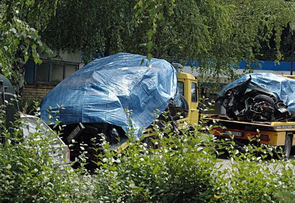 Uništena su oba automobila koja su učestvovala u nesreći. Na levom šleperu je automobil kojeg je vozio Luis