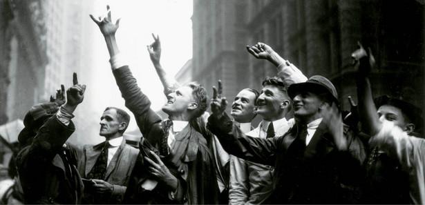 Wall Street, ok. 1925 r., inwestorzy z rynku pozagiełdowego przekazują szczególnymi gestami, jakie akcje chcą kupić lub sprzedać
