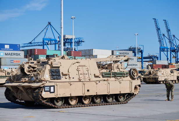 87 czołgów Abrams, 103 bojowe wozy piechoty Bradley i m.in. 18 samobieżnych haubic Paladin przewiózł do gdańskiego portu statek z wojskowym sprzętem dla brygady pancernej armii USA. Teraz blisko 1100 sztuk sprzętu trafi w głąb Polski; transport potrwa przynajmniej kilka dni. Jak poinformował w środę na konferencji prasowej w gdańskim terminalu kontenerowym DCT dowódca logistyki amerykańskich wojsk lądowych w Europie, generał dywizji Steven Shapiro, na pokładzie statku znajdowało się w sumie 1087 sztuk różnego rodzaju sprzętu, w tym 87 czołgów Abrams, 103 bojowe wozy piechoty Bradley i 18 samobieżnych haubic Paladin. aks/ pru/fot. (aw/nlat) PAP/Adam Warżawa