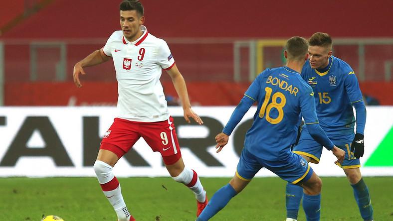 Polak Jakub Moder (L) oraz Valeriy Bondar (C) i Viktor Tsygankov (P) z Ukrainy podczas towarzyskiego meczu piłkarskiego na Stadionie Śląskim w Chorzowie
