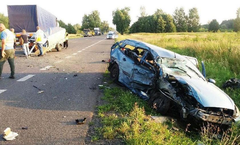 Osobówka wbiła się w ciężarówkę. Zginęła 17-latka