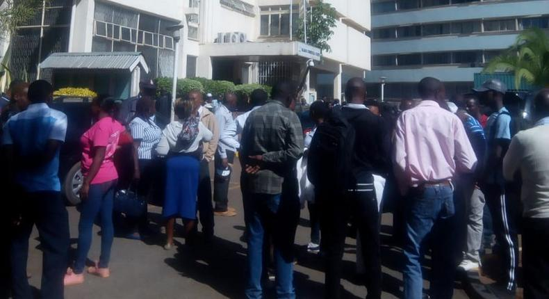 Crowd outside Milimani Law Courts after Gakuyo's lawyer was assaulted (Twitter)