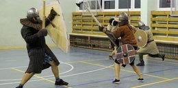 Walcząc odtwarzają średniowiecze