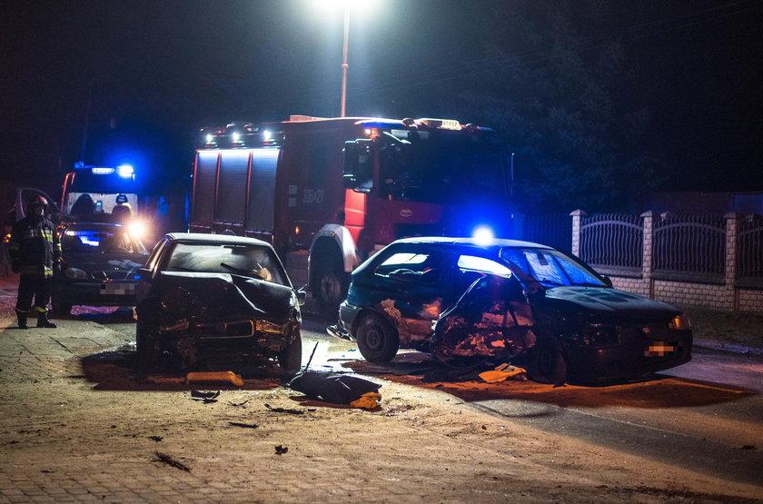 Śmierć na drodze w Łodzi. Czołowe zderzenie mazdy i skody na ulicy Chocianowickiej. Zabita, jedna osoba, trzy ranne