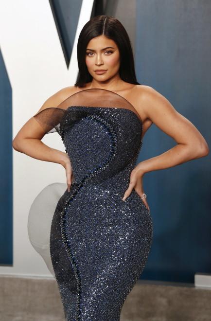 ... Nic więc dziwnego, że Kylie coraz bardziej przypomina Kim. Ma nie tylko podobny do niej styl, ale także figurę i coraz więcej elementów urody - fryzurę, usta, ulubione makijaże...