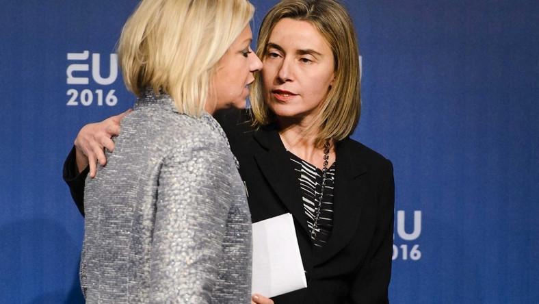 Holenderska pani polityk (z lewej) uczestniczyła ostatnio w nieformalnym spotkaniu europejskich ministrów obrony i trzeba przyznać, że dosłownie na nim błyszczała!