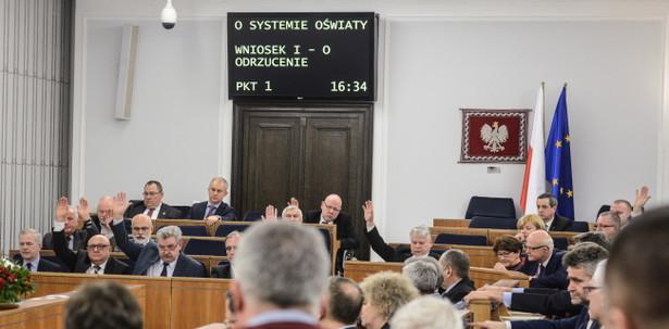 Głosowanie nad nowelizacją ustawy o systemie oświaty. Senat opowiedział się zniesieniem obowiązku szkolnego dla 6-latków i przedszkolnego dla 5-latków popierając nowelizację ustawy o systemie oświaty.