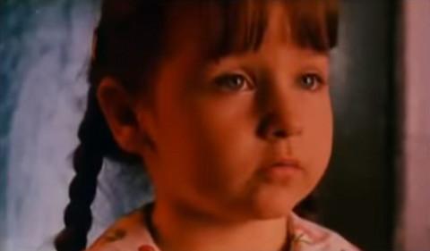 """SVI JE PAMTITE PO REČENICI: """"Neću da ti kažem ćelavi""""! Evo kako danas izgleda devojčica iz filma """"Mrtav ladan"""""""