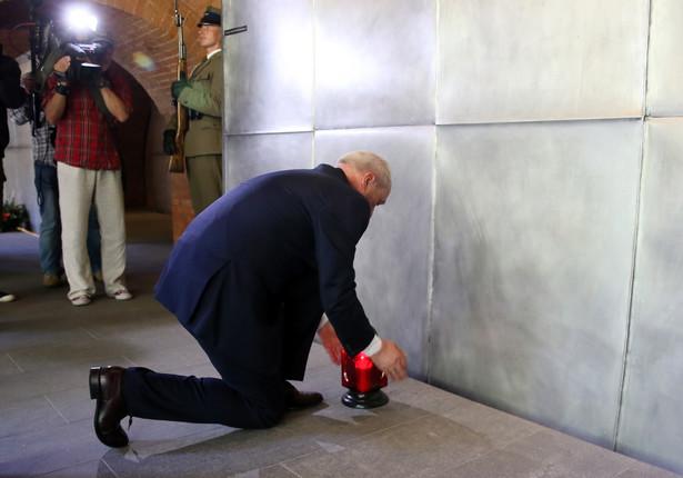 Trzeba się dzisiaj pochylić i zastanowić skąd ta niebywała siła w narodzie polskim, że mimo tak niebywałych klęsk, tak straszliwych ciosów, przetrwał te wszystkie czasy - mówił minister obrony