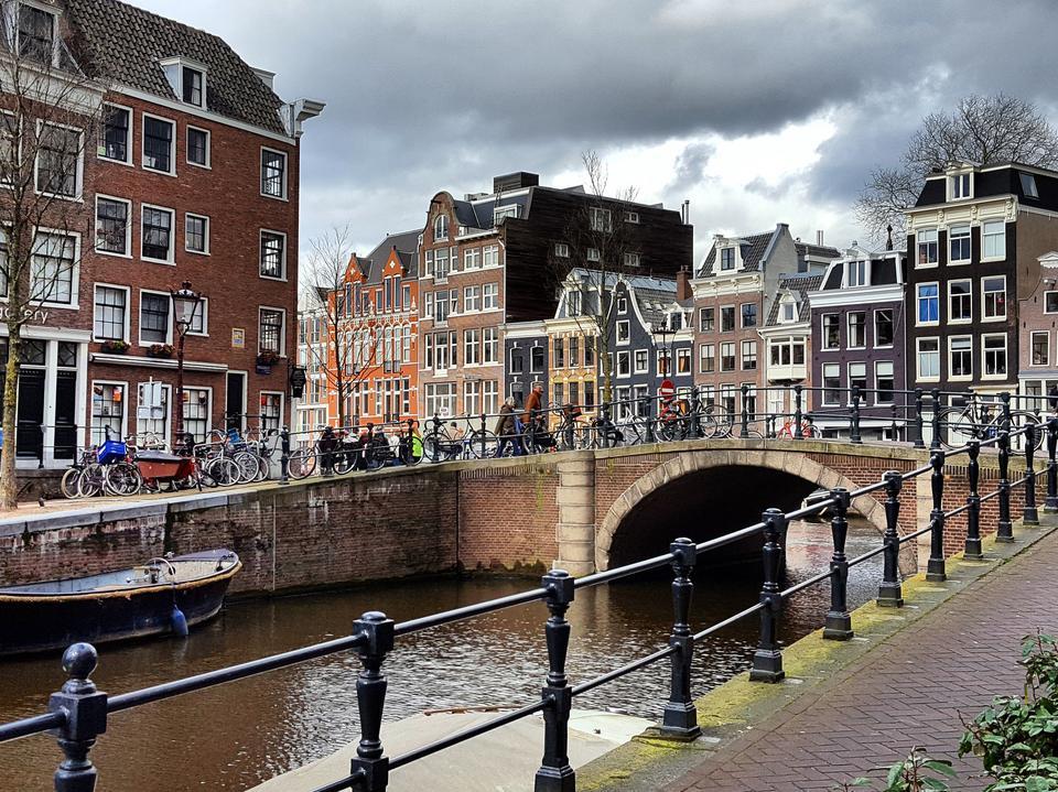 Amsterdam położony jest nad rzeką Amstel i licznymi kanałami. Nazywany jest Wenecją Północy.
