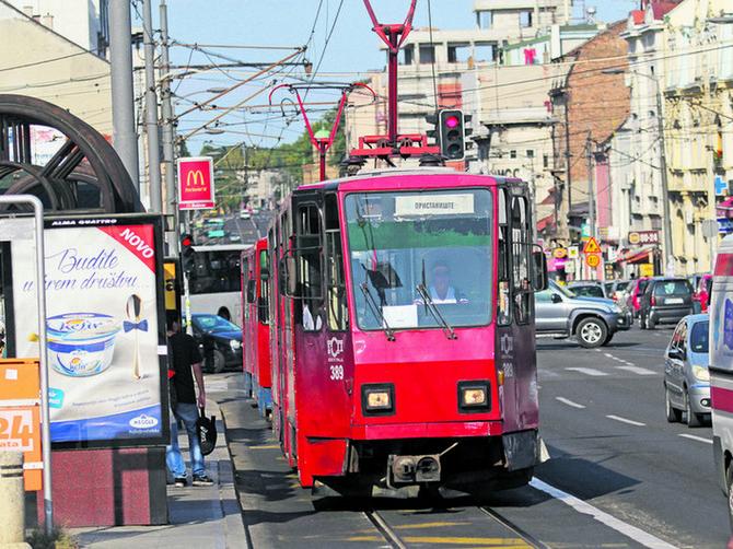 Ušla sam u tramvaj i naišla na NJEGA koji mi je vožnju PRETVORIO U PAKAO: Ovo je strašno, zašto dozvoljavate MUŠKARCIMA DA OVO RADE?