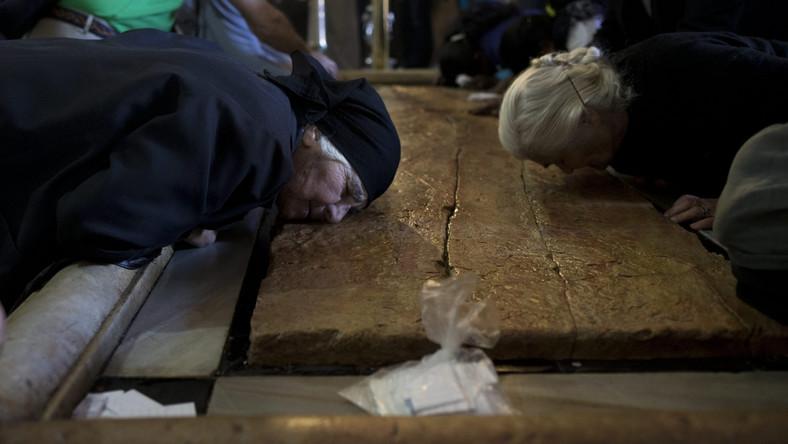 Chrześcijanie są w Jerozolimie mniejszością. Gdy modlą się w kościołach często słyszą dobiegające z zewnątrz arabską muzykę, hałas czy nawet śpiewy muezzina. Większość najbardziej znanych miejsc chrześcijaństwa znajduje się bowiem w rejonach palestyńskich.