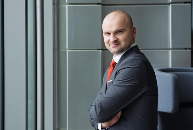 Rafał Brzoska jeden z najprężniejszych polskich przedsiębiorców. Założyciel i prezes Grupy Kapitałowej Integer.pl, w skład której wchodzi firma InPost