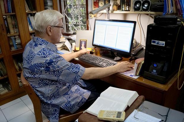 Stefan Leks podczas pracy nad kolejną książką