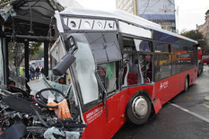 """UŽAS! VOZAČ JE BIO BEZ SVESTI, A KRV SVUDA"" Autobus udario u banderu na Slaviji, vozač IZLETEO kroz šoferšajbnu (FOTO, VIDEO)"