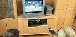 Polacy nie chcą się ruszać sprzed TV. Bo...
