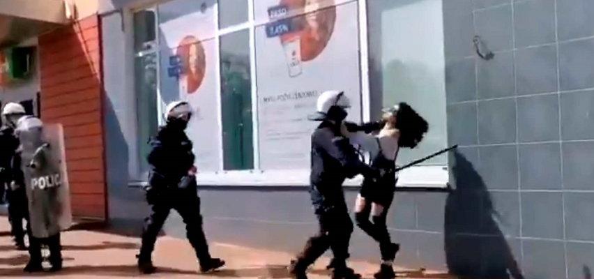 Policjant uderzył kobietę pałką i ją przewrócił. Prokuratura: nie przekroczył uprawnień