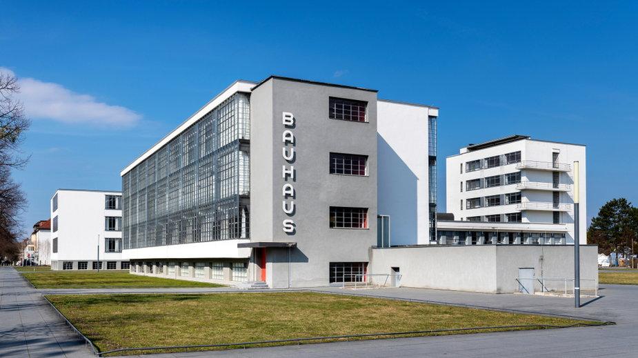 Ikoniczny budynek szkoły artystycznej Bauhausu zaprojektowany przez architekta Waltera Gropiusa w 1925 r. Jest zabytkowym arcydziełem nowoczesnej architektury.