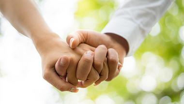 kézenfogva, miközben véletlenül randi