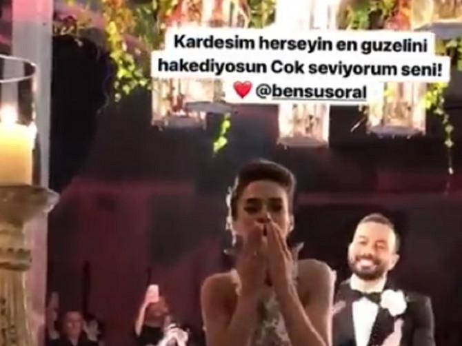 Oženio se turski biznismen, mlada prelepa glumica, a najveseliji gost Mustafa Sandal: Jedan detalj na licu pevača MNOGO GOVORI