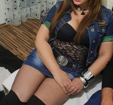 Folkerka šokirala stajlingom: Kratka suknja, providna majica, a salo kipi! FOTO